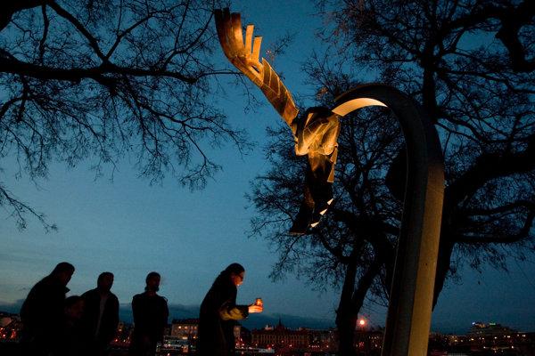 Spomienka na zavraždeného študenta Daniela Tupého pri pamätníku na nábreží Dunaja v Bratislave, na mieste kde bol zabitý.