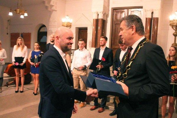 Primátor Jozef Dvonč blahoželal Stanislavovi Petríkovi k tretiemu prvenstvu v histórii ankety.