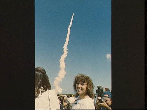 Členky programu Učitelia vo vesmíre Barbara R. Morgan a Christa McAuliffe sledujú štart raketoplánu Challengger misie 61-A.