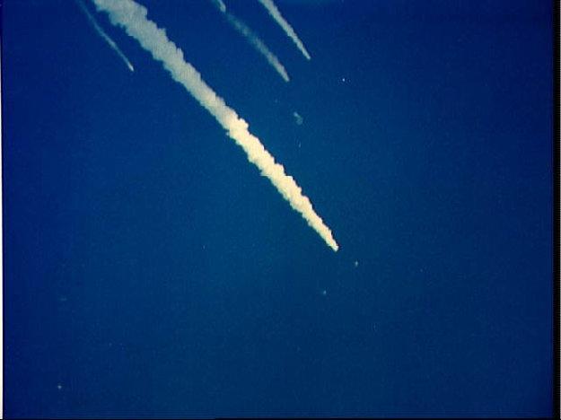 Dymové stopy raketoplánu a odletujúcich úlomkov.