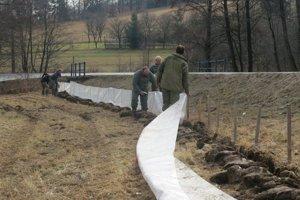 Fólia zabráni prenikaniu žiab a mlokov na frekventovanú cestu.