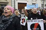 Poľky protestujú proti prísnejším zákonom o interrupciách.