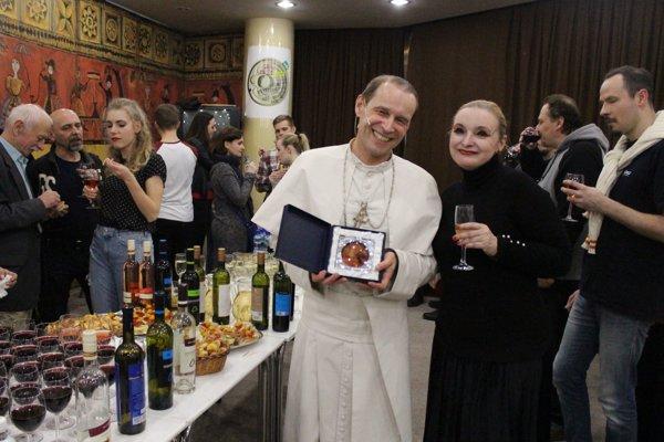 Ocenený Ján Gallovič v spoločnosti svojich kolegov.
