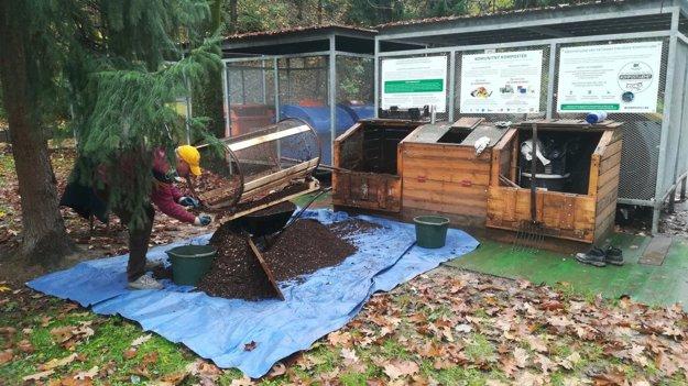 Preosievanie kompostu na Predmestskej ulici.