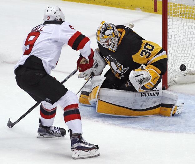 Taylor Hall strieľa víťazný gól do siete Pittsburghu.