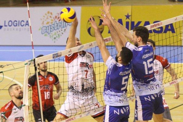 V súboji na sieti Prešovčan Sopko a Nitrania Guzmán s Horníkom. Portoričan bol najviac bodujúcim hráčom zápasu.