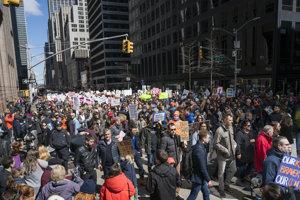 V desiatkach miest po celých USA cez víkend protestovali milióny ľudí proti zbraniam. Záber je zo 6. Avenue v New Yorku.