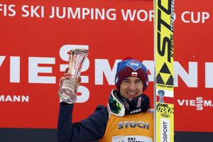 Kamil Stoch pózuje s víťaznou trofejou.