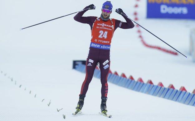 Maxim Cvetkov oslavuje svoje prvé víťazstvo vo Svetovom pohári.