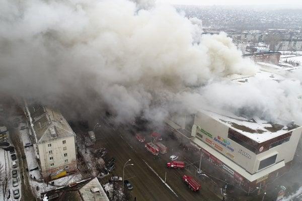 Pri požiari v nákupnom centre v Kemerove zomrelo 64 ľudí.