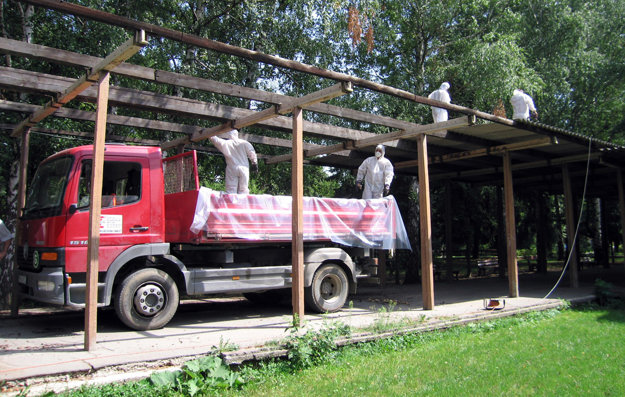 Azbest zo školy odstránila špecializovaná firma.