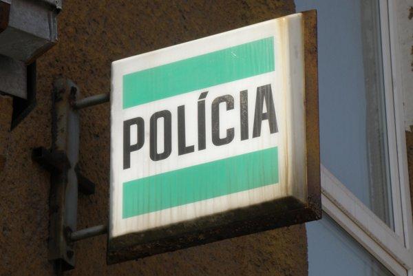 Muž s policajtmi odmietol komunikovať, tak dnu vošli násilím cez okno izby.