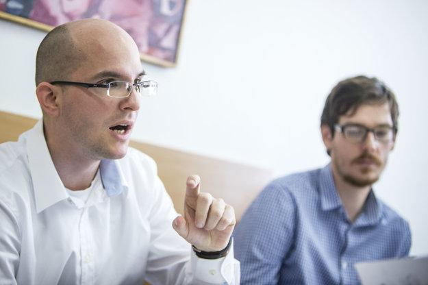 Ján Toman a Michal Rehúš odporúčajú vyšší nárast platov začínajúcich učiteľov.