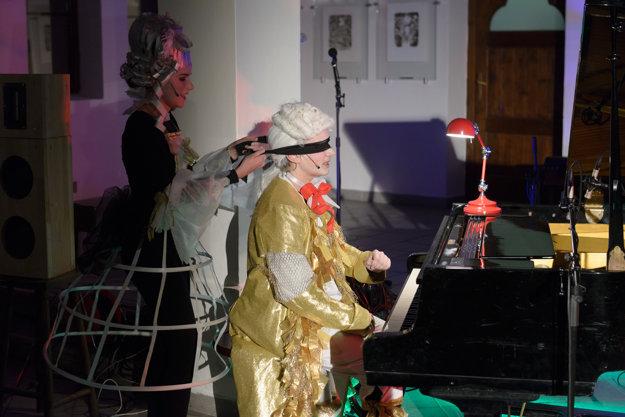 Mozart (Richard Böndeho) hrá na klavíri so zaviazanými očami.