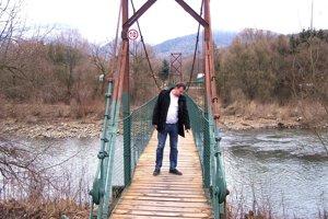 Opravený most vedúci k záhradkárskej oblasti.