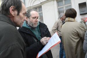 Občania sa začali podpisovať pod petíciu za referendum za predčasné voľby.