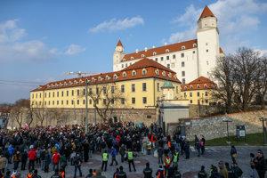 Účastníci protestu za vyslovenie nedôvery vláde pred Národnou radou SR v Bratislave.