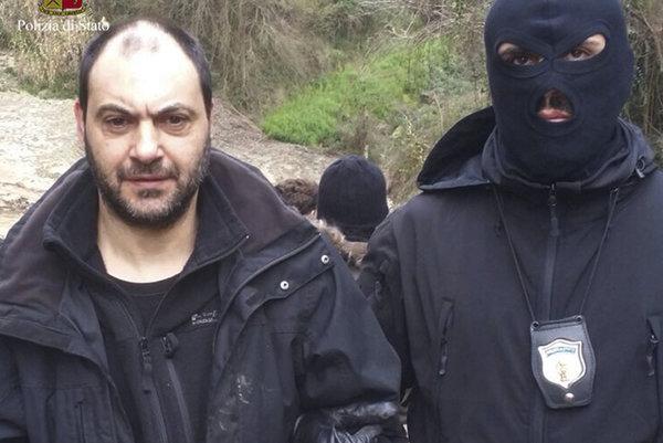 Kukláč odváža jedného z dvoch popredných členov obávaného talianskeho zločineckého klanu Ndrangheta Giuseppeho Ferrara.