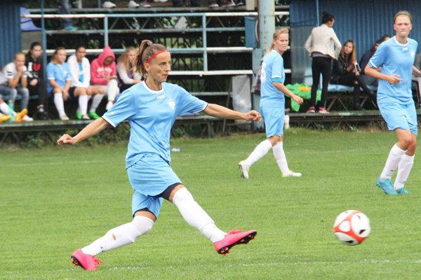 Monika Trnková z postu stopérky ako 41-ročná diriguje hru žien FC Nitra.