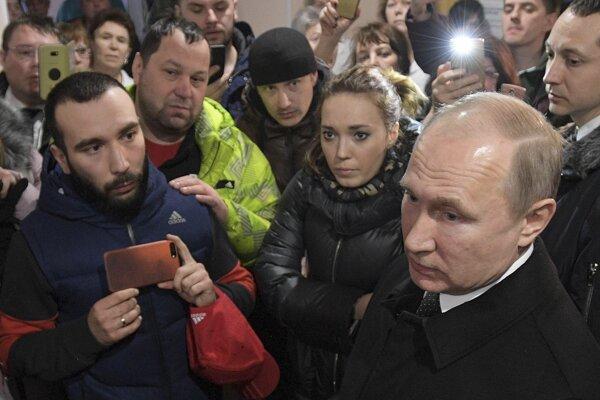 Putin pri návšteve Kemerova, kde pri požiari nákupného centra zahynulo 64 ľudí.