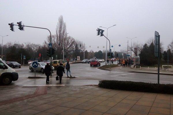 Vodiči na tejto križovatke často jazdia na červenú.