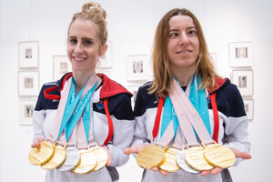 Úspešná dvojica smedailami zPjongčangu. Vľavo Natália Šubrtová, vpravo Henrieta Farkašová.
