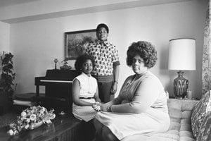 Linda Brownová so svojimi deťmi na zábere z roku 1974.