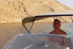 Tibor Jankovský, manžel štátnej tajomníčky Moniky Jankovskej na staršej fotke z Chorvátska. Pozadie fotografie naznačuje, že plavidlo je blízko pobrežia pri dedine Lukovo.