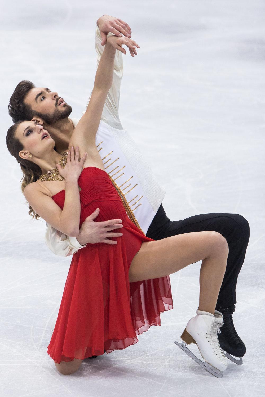 Francúzsky pár Gabriella Papadakisová a Guillaume Cizeron počas voľnej jazdy súťaže tanečných párov.