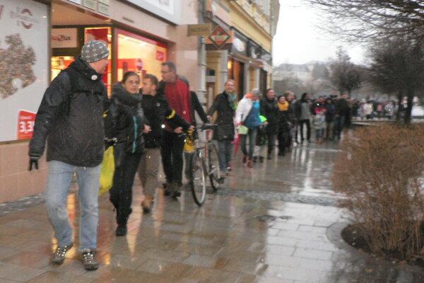 V Nitre sa po pešej zóne prešlo až 600 ľudí, vyjadriac tak solidaritu s učiteľmi.