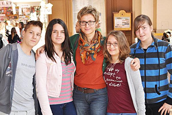 S maďarskými študentmi na stanici Keleti. G. Hlaváčová vstrede.