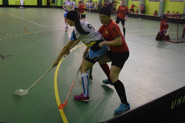 Momentka z tretieho zápasu semifinálovej série medzi Kysuckým Novým Mestom (v oranžovom) a Purským.