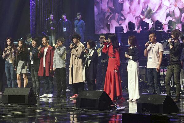 Skupina umelcov z Južnej Kórey pricestovala na Sever v sobotu.