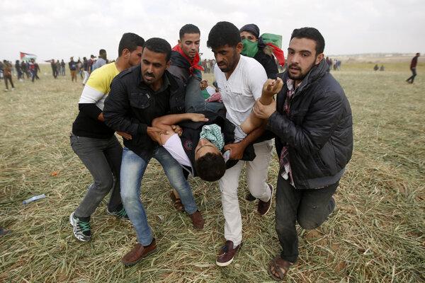 Zranený protestujúci.