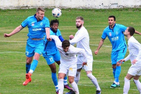 Futbalisti nitrianskej rezervy (v bielom) vyhrávali v Šali už 3:0. Domácich môže mrzieť nepremenená penalta.