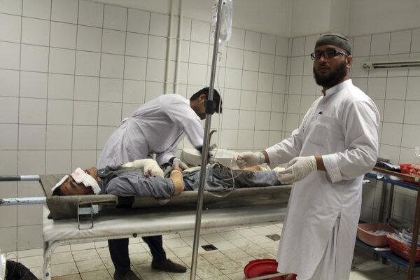Muža ošetrujú po útoku v afganskej provincii Kundúz.