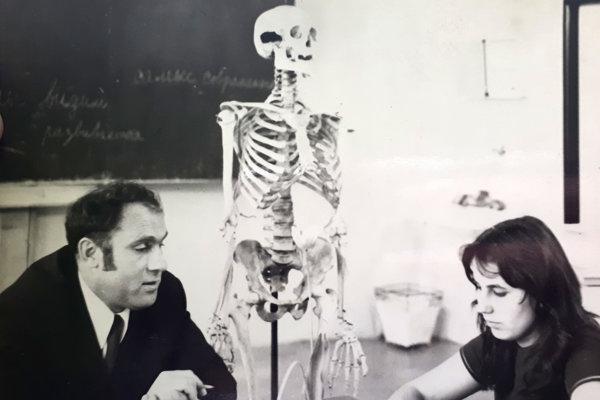 Učiteľ Ján Kapjor so študentkou na hodine biológie.