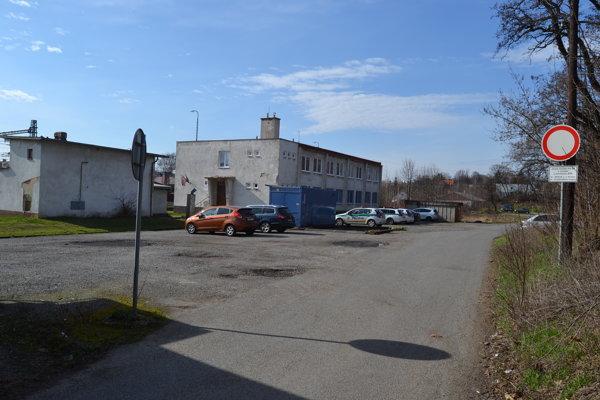 Nové parkovisko by malo stáť severne od železničnej zastávky v blízkosti budovy pošty a policajnej stanice.