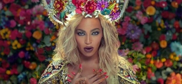 Beyoncé v klipe vystupuje ako bollywoodska herečka.