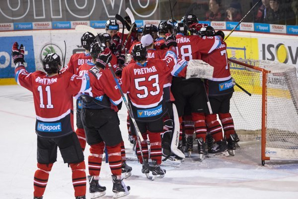 Hokejisti Banskej Bystrice sa radujú z víťazstva.