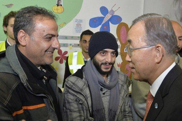 Pan Ki–mun (vpravo) na návšteve v Gabčíkove.