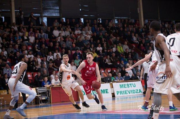 Vukovi Djordjevičovi (pri lopte) to vtreťom zápase sypalo.