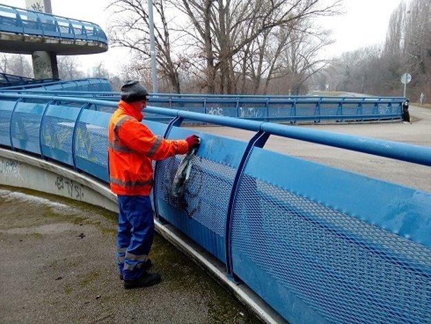 Odstraňovanie grafity z Mosta Apollo.