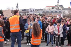 Nitrou dnes prešlo odhadom tritisíc protestujúcich.