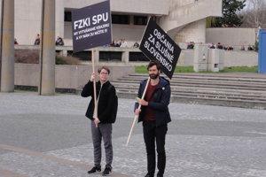 Študent Erik Král a aktivista Marek Hattas patria k organizátorom protestov v Nitre.