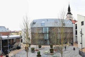 Nádvorie je novým centrom kultúry i oddychu.