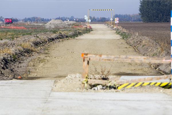 Na juhu Slovenska má vyrásť rýchlostná cesta R7. Španielske konzorcium okolo Cintry však chce vlastnú asfaltáreň.