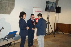 Miroslav Sližik si preberá ocenenie za Trénera roka 2017 od primátorky Balkovičovej a viceprimátora Stehlíka.