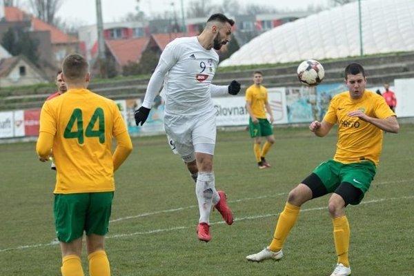 Kanonier KFC Samir Nurkovič (v bielom) nepremenil proti svojmu bývalému klubu pokutový kop.