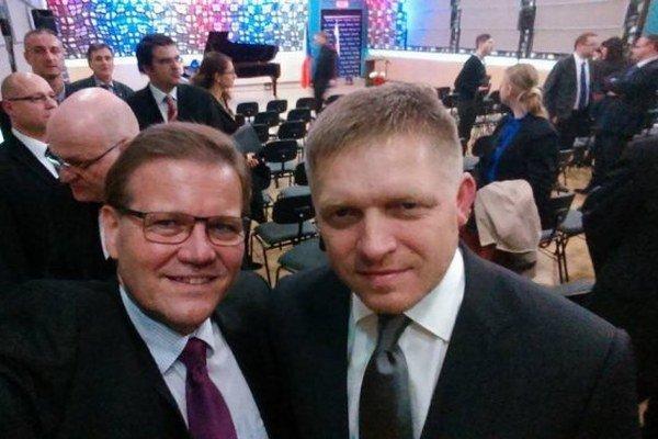 Škromach sa fotil aj so slovenským premiérom Robertom Ficom.